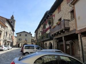 """La plaza vieja de Bellver fue protagonista del juicio a """"la bruixeta"""", como indica el panel turístico."""