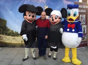 Un concejal se fotografía con personajes Disney, un par de llos