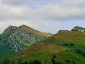En Sara ubican el relato en dos lugares del monte Larrun: en la cima y en su estribación oriental.
